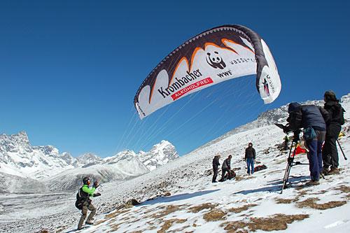 Майк Кунг будет пытаться взлететь вдоль южной стены Лхоцзе и установить мировой рекорд высоты для парящих полетов. MikeKamerateamStart