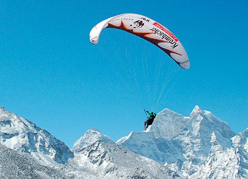 Майк Кунг будет пытаться взлететь вдоль южной стены Лхоцзе и установить мировой рекорд высоты для парящих полетов. MikeThamserku