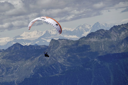Tom de Dorlodot above the Engadin valley on 24 July 2011. Photo: Red Bull X-Alps