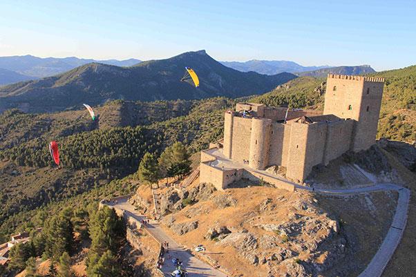 Soaring the castle ramparts at Segura de la Sierra. Photo: El Yelmo