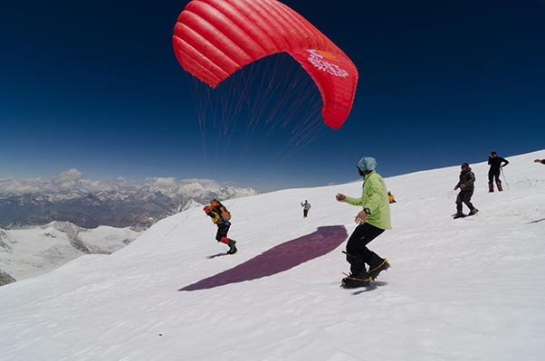 Tobey maguire Hutt paraglides Cho Oyu for Finish Polio Today campaign