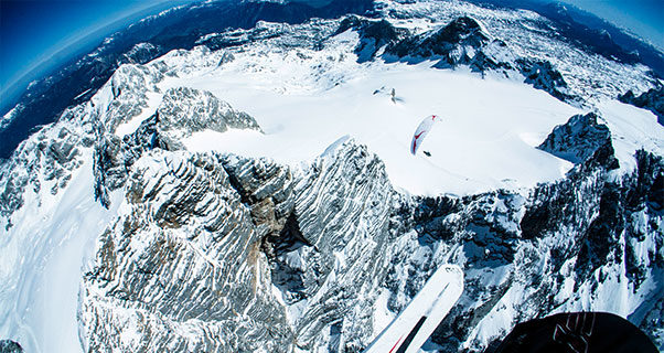 Video: Incredible fly-and-ski on the Dachstein