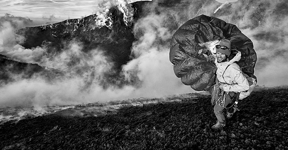Paragliding Italian volcanoes. Photo: Felix Woelk