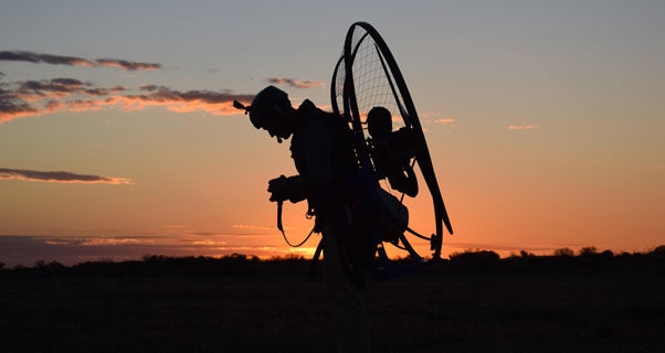 Video: Twins paramotor to Australia's Red Pole