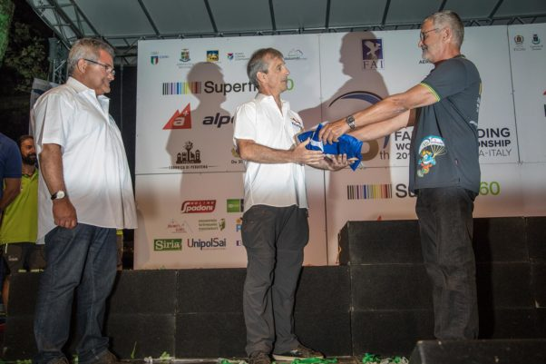 Paragliding World Championships 2017: handing over the FAI flag