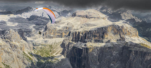 Paragliding in the Dolomites with Felix Woelk